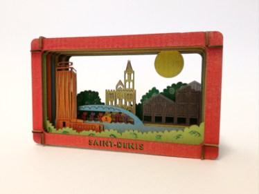 Diorama de Saint-Denis en carton brut coloré aux pastels secs, vue de profil
