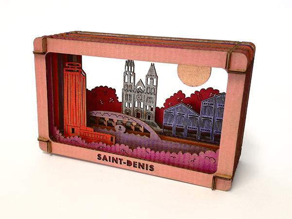 Diorama de Saint-Denis en carton brut coloré avec des techniques variées, vue de profil