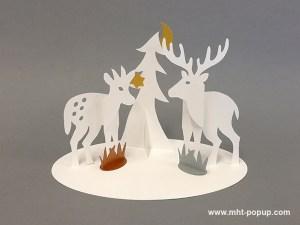 Saynète animalière d'hiver en papier découpé, , modèle cerf, faon et sapin. Papier blanc, or, argent et cuivre.