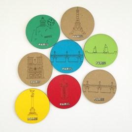 Magnets avec motifs gravés du patrimoine de Paris (Tour Eiffel, Notre Dame, Tuileries, Bastille, Buttes Chaumont, Seine, colonne Morris). Vue d'ensemble