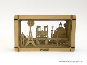 Diorama carton brut avec éléments du patrimoine de Paris (Tour Eiffel, Notre Dame, Tuileries, Bastille, Buttes Chaumont, Seine, colonne Morris), à monter soi-même. Vue de face