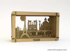 Diorama carton brut avec éléments du patrimoine de Paris (Tour Eiffel, Notre Dame, Tuileries, Bastille, Buttes Chaumont, Seine, colonne Morris), à monter soi-même. Vue de profil droit