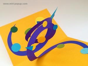 Carte pop-up Spirale motifs abstraits, jaune-bleu-violet, détail de la spirale. Pièce unique signée