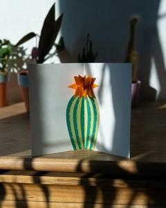 Carte Fleur de cactus Orange mise en scène par Léa Lalonde, agence Boujou bien !