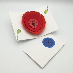 Cartes pop-up Coquelicots et Pavots, vue d'ensemble, carte modèle Coquelicot rouge ouverte et carte modèle Pavot bleu pliée