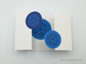 Carte de vœux à volets, motifs flocons bleus, vue de dessus carte ouverte