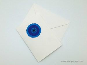 Carte pop-up Pavot bleu, vue de dessus de la carte pliée avec enveloppe