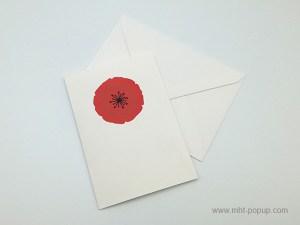 Carte pop-up Coquelicot rouge, vue de dessus de la carte pliée avec enveloppe