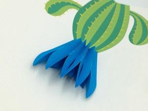 Carte pop-up Fleur de cactus, modèle fleur en éventail bleu, détail de la fleur et du cactus