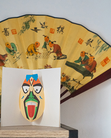 Carte Masque du Vietnam Tire-la-langue mise en scène par Léa Lalonde, agence Boujou bien !