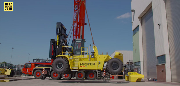2-part stevedoring forklift for lifting in ships' hull