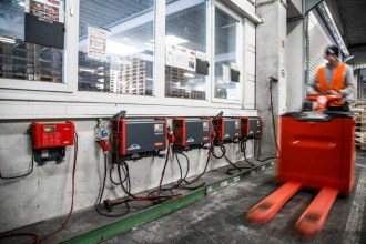Quehenberger Logistics optimises its fleet of forklift trucks with battery charging technology from Fronius 1