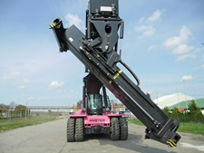 empty wood chips quickly from containers in a recycling application, Hyster has developed a custom container pivot attachment on a ReachStacker