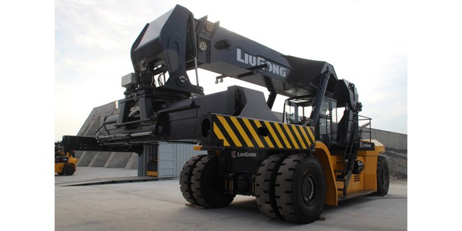 LiuGong largest material handling machine rolls off production line