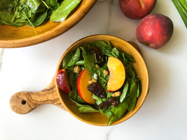 Spinach salad with peaches and dates