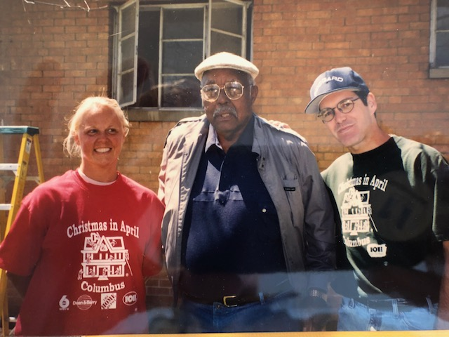 "From left to right: Alison Hauck Harris '85, Tuskegee Airman, Maj. Herndon ""Don"" Cummings and Stu Harris '84"