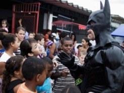 مردی در لباس یتمن به مدرسه های مختلف میرود