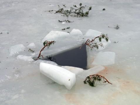 Reikä jäässä Nuottalahdessa