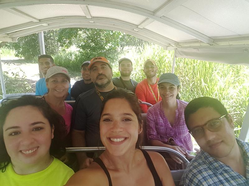 Grupo de periodistas, blogueros y miembros de Para La Naturaleza, de regreso a la hacienda, luego del recorrido por la reserva.
