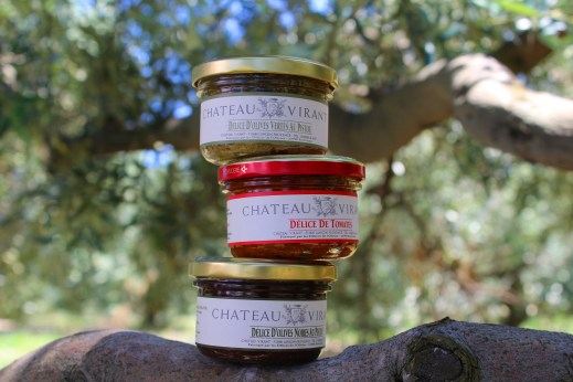 Olives vertes noires tomates