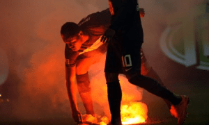 Jugador del Hertha sacando una bengala