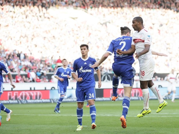 Kaan Ayhan (#24), observa cómo Cacau supera a Tim Hoogland para marcar el 2-0 favorable para el Stuttgart.
