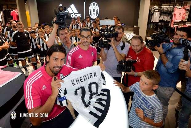 De a poco, Sami agrada a la afición bianconera. www.juventus.com