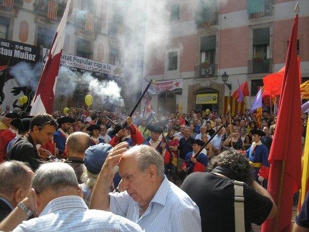 Els Miquelets de Catalunya fan salves d'honor al Fossar