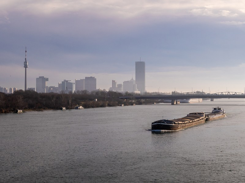 Blick vom Seinitzsteg auf die Donau, im Hintergrund die Skyline der Donaucity, Winterstimmung