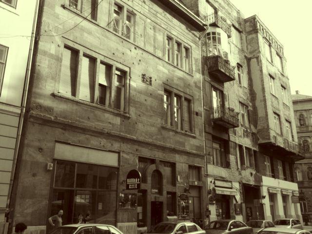 Выбоины на стене остались после событий 1956 года