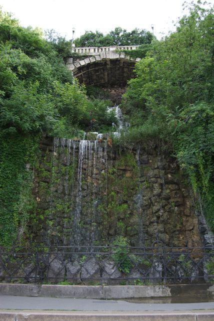 Водопад под статуей св. Геллерта