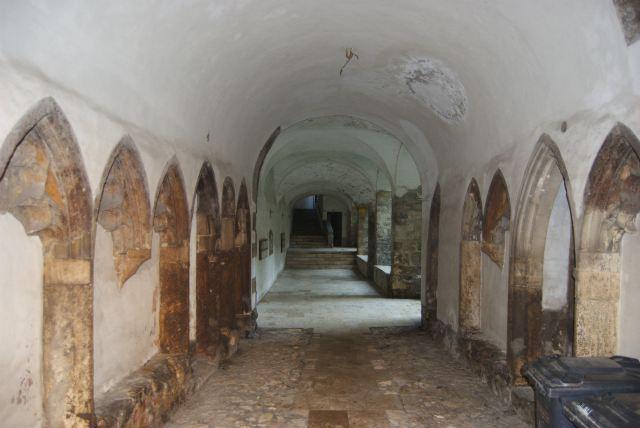 Жилые кварталы в Будайской крепости, подворотня