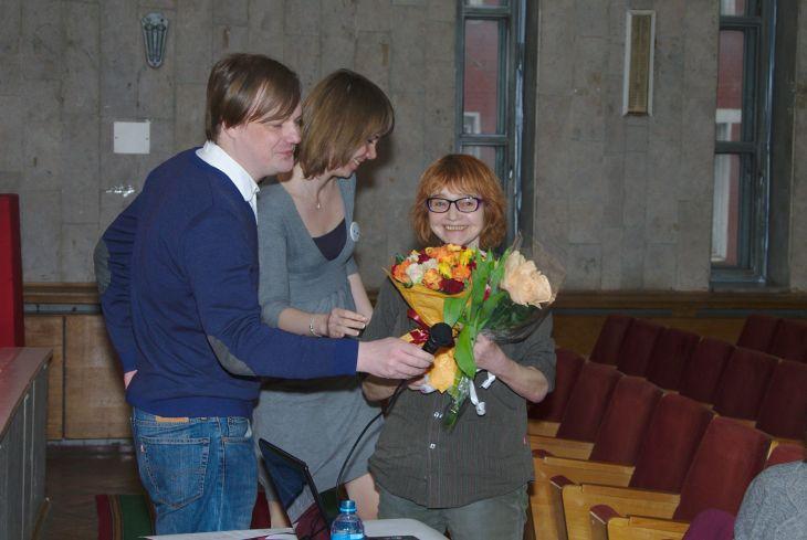 Зоя Юрьевна Метлицкая— сотрудница нашего отдела, непосредственно руководила работой волонтёров по спасению книг. Так что цветы— как раз от волонтёров— более чем заслуженные :-)