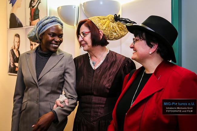 """6D/Fotostrecke: Vernissage - Fotoausstellung """"Die weibliche Kopfbedeckung aus aller Welt"""", Rathaus Traun, 1.2.2017 – Presse- & Veranstaltungsfotografie für Haus der Frau Linz"""