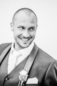Bräutigam Schwarz weiß sw bw Foto Hochzeitsfotografin Michaela Klose Paarfotos