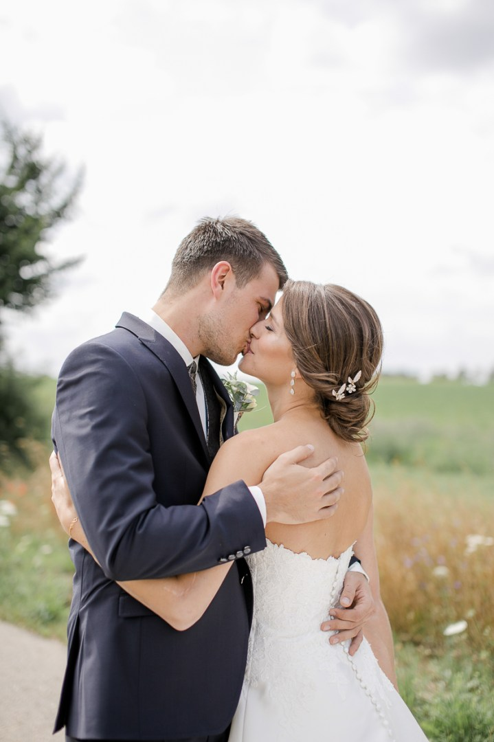 Brautpaar Reportage Brautpaarshooting Paarshooting Hochzeit Weingut Kurz Wagner 2019 Michaela Klose First Kiss