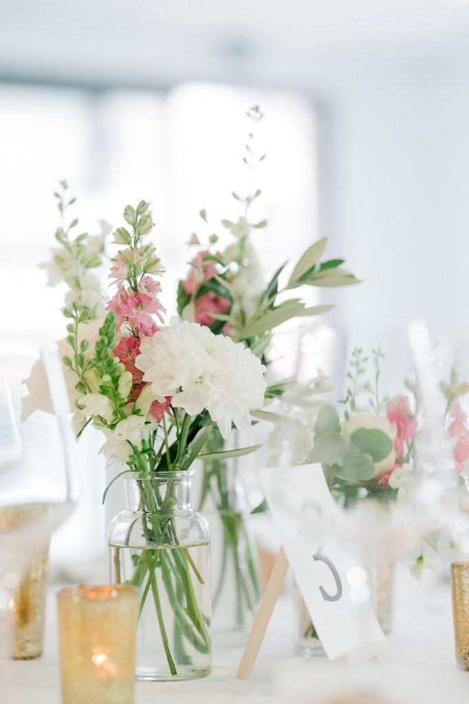 Tischdekoration weiß hell Blüten Hochzeitsreportage Hochzeit Ludwigsburg