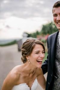 Braut lacht herzhaft