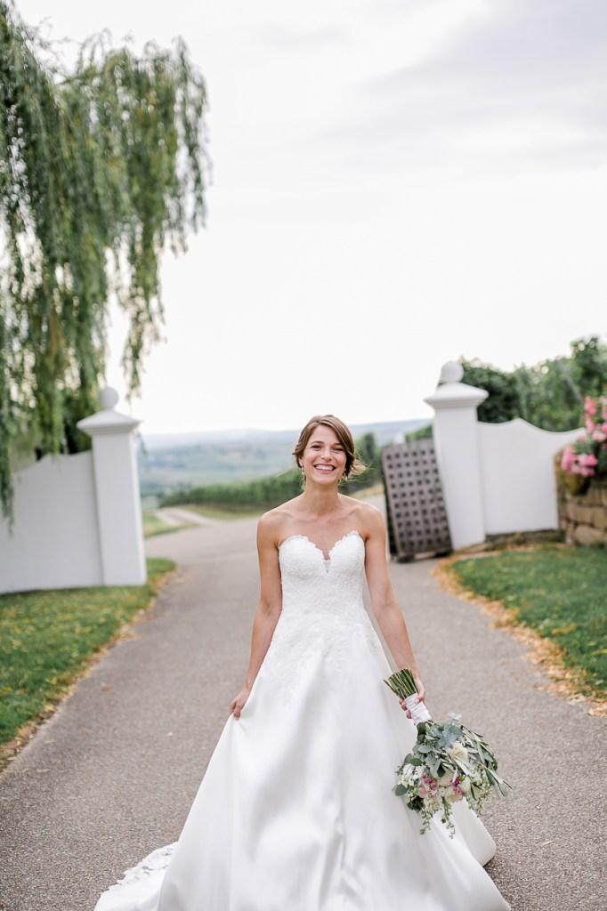 Glückliche Braut im Weingut