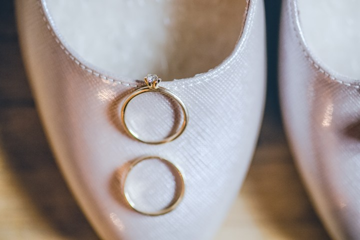 Eheringe auf Brautschuh