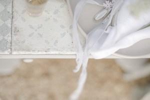 Verlobungsring Hochzeit im Garten Hochzeitsfotografin antiker Tisch Silberbesteck Seidenband