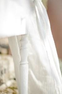 Verlobungsring Hochzeit im Garten Hochzeitsfotografin antiker Tisch