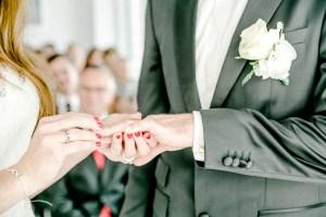 zeitlos schöne Hochzeit in Stuttgart Ringtausch