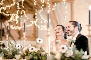 Brautpaar an der Hochzeitstafel
