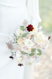 Feine Hochzeit in der Pfalz Braut minimalistischer Look Brautstrauß Fine Art Hochzeit Fioritura