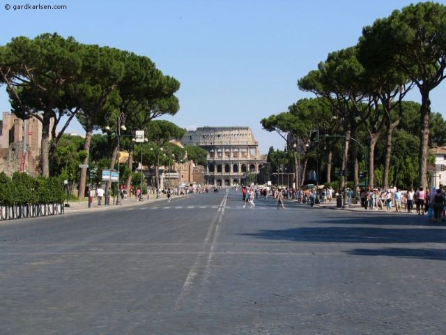 Via_dei_fori_Imperiali_and_colosseum
