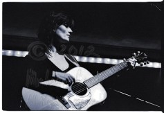 Linda Thompson on acoustic guitar, from the second set