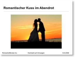 Beispiel: Hochzeitspaar küsst sich in Abendsonne (mit Überschrift)