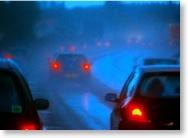 Autos in dunklen Regendunst auf einer dicht befahrenen Autobahn