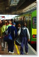 Menschenmenge an einer Bahnhaltestelle, die in einen Zug einsteigen